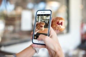 Selfie mit Handy eines Influencers